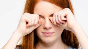 Coçar os olhos faz mal?
